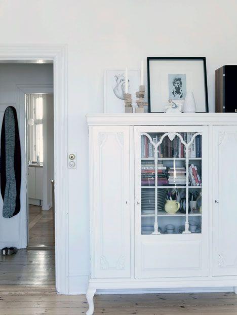 Det gamle skab er et arvestykke, som charlotte har malet hvidt ...
