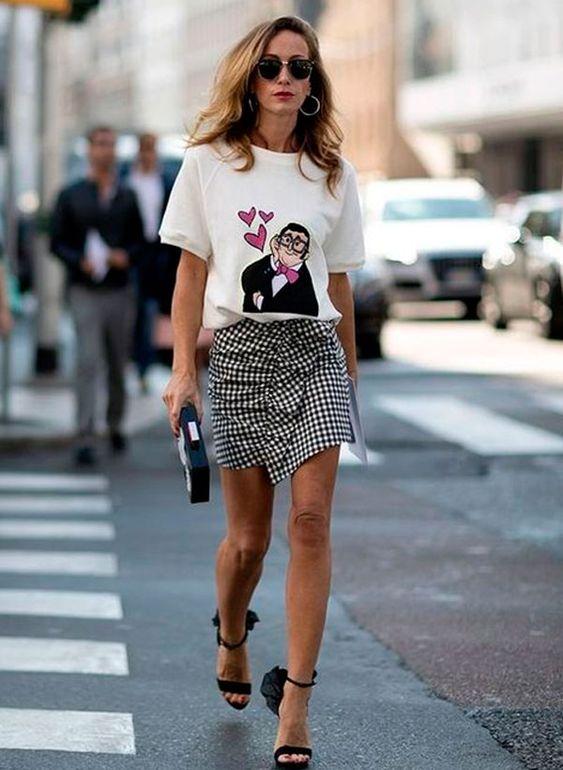 Aposte na t-shirt e saia vichy com sandália de tira.