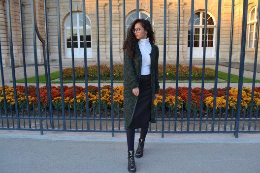 Gilet vert : NafNaf Col roulé blanc : H&M Jupe Noir : Forever21 Echarpe Rouge à careaux : Accessorize Boots : André