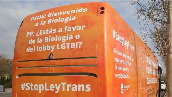 El autobús de la transfobia saca a pasear su odio, exhibiendo el orgullo de que su discurso haya sido adoptado por unas siglas que históricamente lo han combatido.