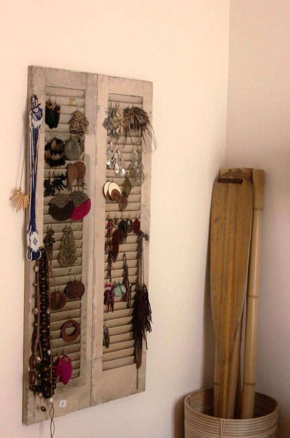 diy utiliser un volet de fen tre comme porte bijoux. Black Bedroom Furniture Sets. Home Design Ideas
