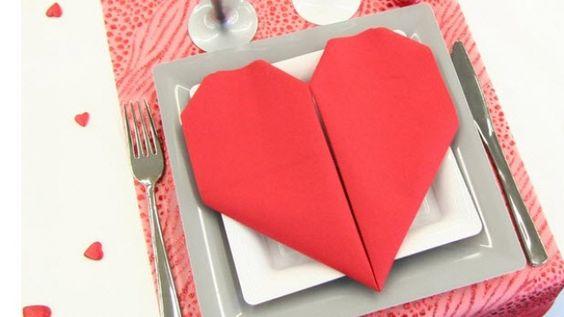 pliage de serviette de table en forme de coeur pliages de serviettes de papier pinterest. Black Bedroom Furniture Sets. Home Design Ideas