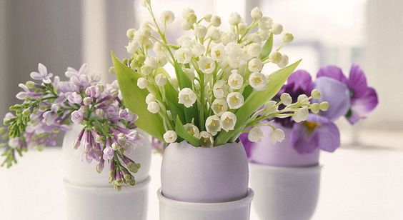 A nice arrangement can instantly perk up a room. It's not rocket science, but there is technique and strategy involved whem composing the perfect flower arrangement. You too can build a bouquet of blooms like a pro with these easy-to-follow tips!