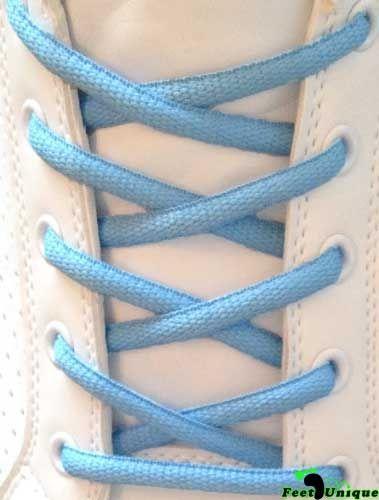 """Lacets De Chaussures Bleu Claire : Particulièrement idéale si vous êtes à la recherche de nouveaux lacets pour des chaussures foncées. Le Bleu clair est une couleur très vive et informelle, et c'est une couleur très rare de voir dans des lacets de forme ovale, qui se retrouve généralement dans les chaussures de course. Ces lacets sont une déclaration d""""audace remarquable !"""