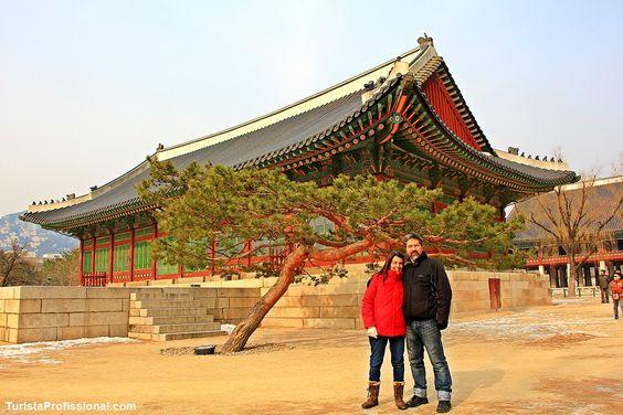 Palácio Gyeongbokgung, the Royal Palace in Seoul, Coreia do Sul.  . Uma das atrações de Seul é o Palácio Imperial, o Gyeongbokgung Palace, Essa foto é numa das casinhas que ficam dentro da enorme propriedade. Adoramos a composição com a árvore!