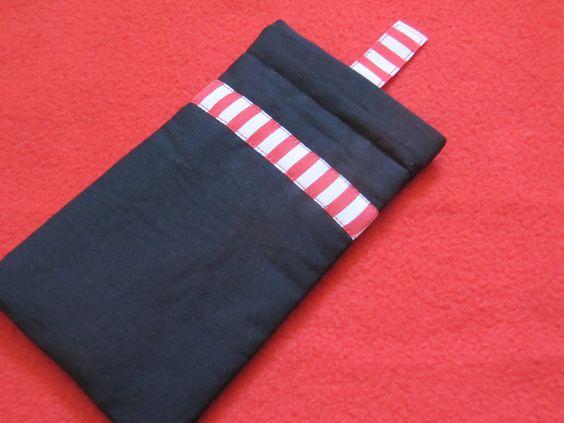 Schwarzes Handytäschchen mit rot-weißem Bändel zum Herausziehen