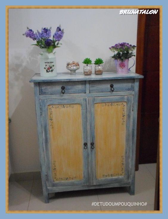 Pátina azul e amarela em armário antigo , restauração feito Por Bruna Talon ♥