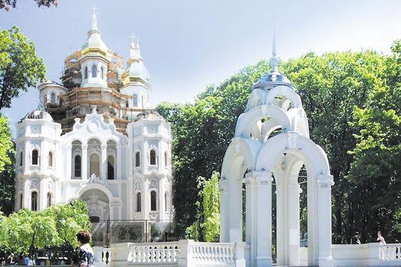 """Зеркальная струя и храм.""""Зеркальная струя"""" — один из самых узнаваемых харьковских символов."""
