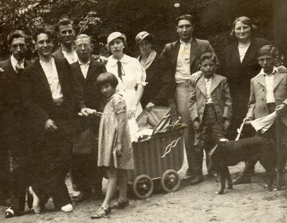 Met de familie naar het park. In die kinderwagen zit mijn vader.