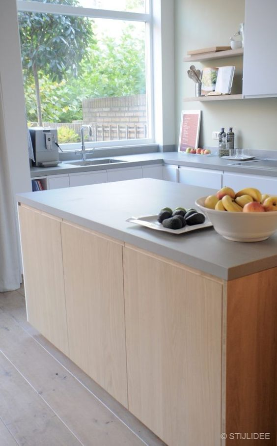 Binnenkijken in ... een moderne keuken in wit, hout en groen in ...