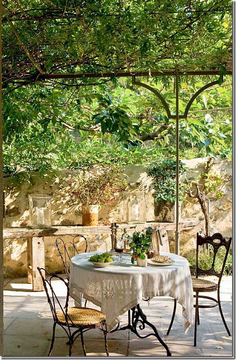 French farmhouse and French country outdoor dining in French countryside courtyard. #frenchfarmhouse #frenchcountry #courtyard #dining