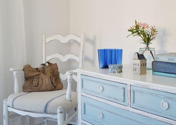 El año pasado llegó una  nueva cama para el cuarto de huéspedes , y este verano le tocó el turno a una cómoda que hacía rato estaba esperand...