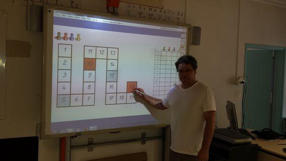 Rentrée scolaire : les tableaux numériques envahissent les classes - Aux Ulis, Richard Verdier estprofesseur des écoles, il enseigne depuis 7 ans avec un tableau numérique à l'école élémentaire des Bergères.