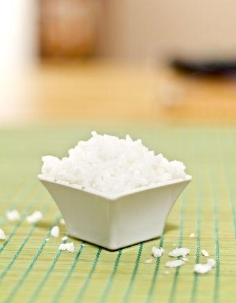arroz de coco (cozinhar o arroz com leite de coco e coco ralado seco - 3/4 de xícara de leite e 1/2 xícara de coco ralado para cada xícara de arroz)