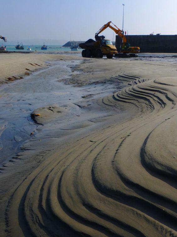 """Désensablement du """"Port"""" de Morgat, non durable comme la plupart des 'marinas' artificielles qui défigurent les plus beaux sites côtiers de la Bretagne. Il nous faut imaginer de nouvelles formes de plaisance: selon les données actuelles, il faudrait construire une marina à pontons tous les 6 km pour fournir à l'industrie nautique la nombre d'""""anneaux"""" qu'elle réclame. Autant dire adieu à notre belle Bretagne; son littoral bétonné aura perdu tout caractère et toute attractivité..."""