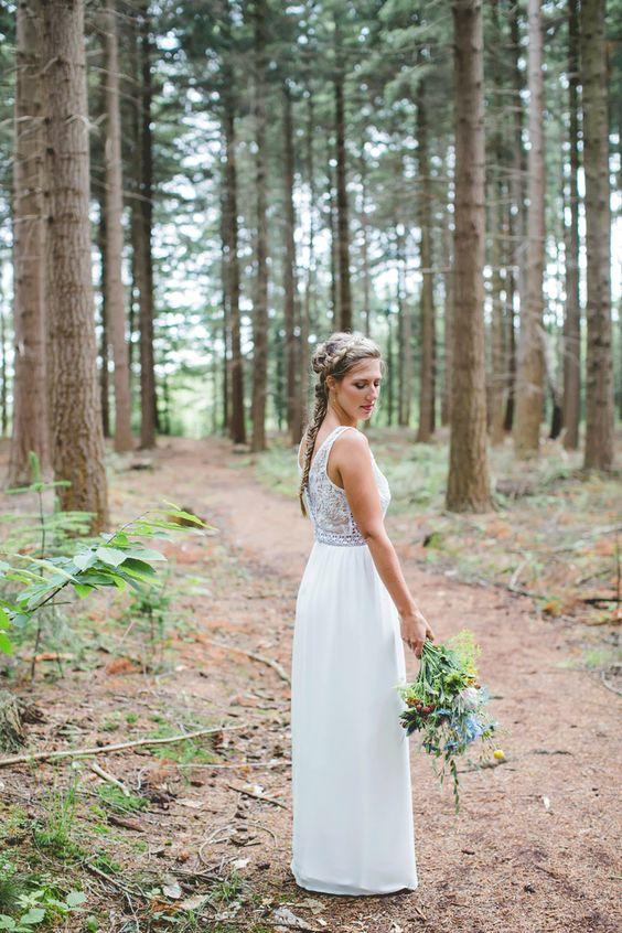 Fijn wild veldboeket voor een bohemian bruiloft. //Foto: Nienke van Denderen Fotografie.