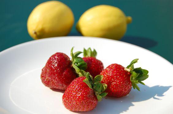 Obst – Kleine Vitaminbomben    Um Euren Körper mit genügend Vitaminen zu versorgen, solltet Ihr jeden Tag Obst essen. Gerade jetzt im Sommer ist der Tisch reichlich gedeckt. Ideal sind die weniger süßen Obstsorten, wie zum Beispiel Erdbeeren, Kiwi und Blaubeeren. Diese enthalten kaum Kohlenhydrate.