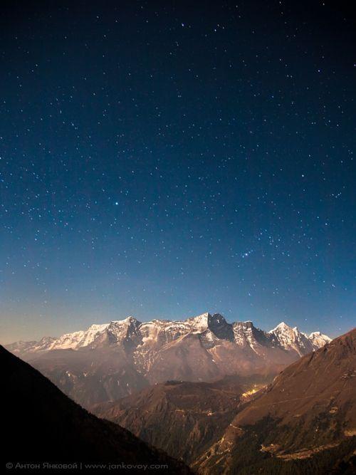 Moorning  #Foto Estrellas sobre los Himalayas de Anton Jankovoy