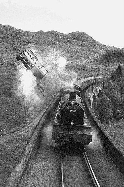 In deze foto zie je hoe Harry uit de vliegende auto van Ron zijn vader hangt. Dat komt omdat de magische pport van peron 9 3/4 niet open ging en daar door te laat waren voor de trein. Op de foto zie je ook de Zweinstein express de trein die ze normaal naar Zweinstein brengt maar deze keer niet.
