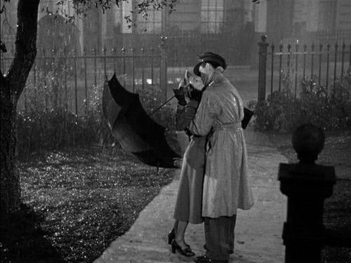 Vivien Leigh and Robert Taylor kissing in the rain in Waterloo Bridge (1940)