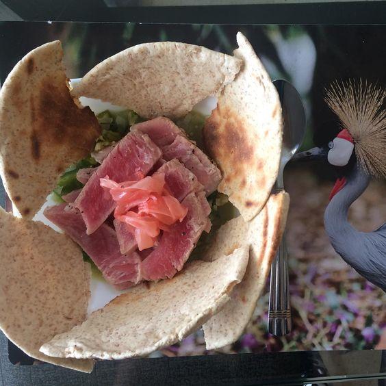 Home made - healthy and most important, delicious lunch  1 cebolla pequeña finamente picada, con stevia y pimienta poner 3 minutos en el microondas. 1/4 de pimenton verde rayado  Zumo de 3 limones 1 pedazo pequeño de jengibre rayado Pimienta, dijon, pique al gusto  115 g de atún rosado empacado al vacío y cocido en agua hirviendo 1 y 1/2 tortilla integral  Servir y listo!  Equivale a 2 porciones dd verdura, 1 de protehína y 2 carbohidratos.  #healthylifestyle #hoyconserak #lunchtime