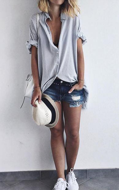 - Shorts jeans - Camisa básica - Chapéu - Tênis branco:
