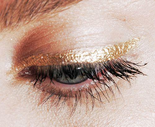 Gold eyeliner and minimal mascara. So perfect.