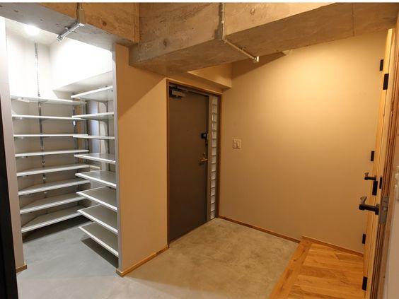 H&Iさんの玄関の全体の様子『広い土間が特徴の玄関』(7059-1)