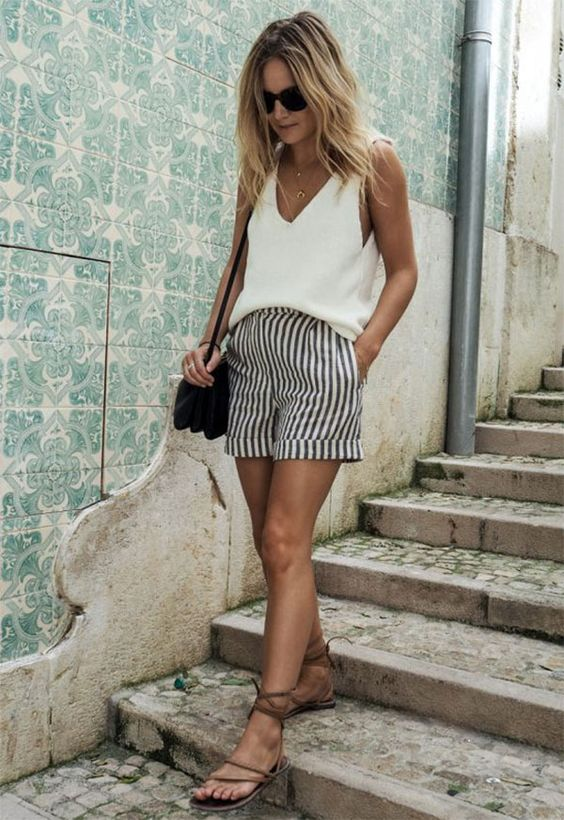 Street style look Lucy Williams. uma peça listrada