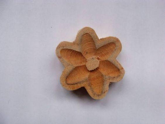 Para quem quer fazer artesanato com um ar de minas gerais, essas flores são perfeitas. Todas entalhadas em madeira, por serem feitas à mão pode haver pequenas diferenças entre elas.Tamanho aproximado: 4,5 cm de diâmetro R$ 0,84