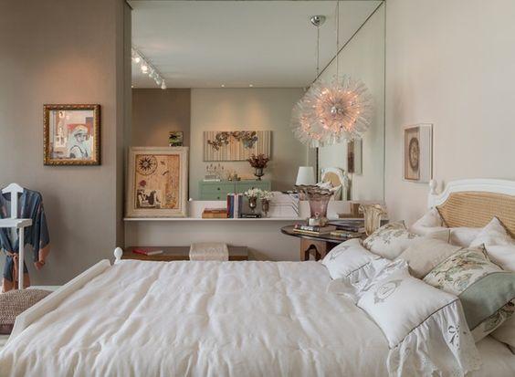 Clássico, aconchegante e jovem. Esse é o estilo do ambiente de 20 m² para um casal criado pela arquiteta Josiane Alves. Ela optou por tons neutros e reuniu peças compradas em viagens para tornar as lembranças desses momentos vivas no dia a dia.