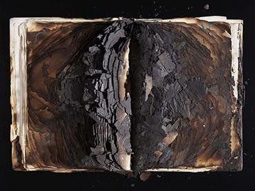 Paz Muro. Libro blanco geometría de la paz, 1973. Libro quemado. Colección Museo Nacional Centro de Arte Reina Sofía