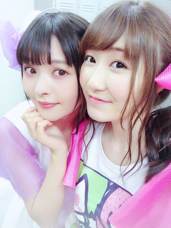 ピンクの服の上坂すみれさんと日高里菜さん