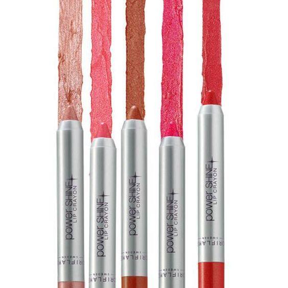 Lápiz de labios Power Shine. ¡Tu stick de labios favorito en formato lápiz! Brillo súper intenso, textura ligera, no pegajosa que se desliza suavemente. Con Complejo Hidratante para un acabado suave y brillante. 3.9 gr.