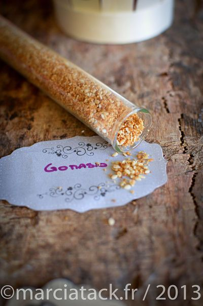 Essayez le gomasio, vous n'arriverez plus à vous en passer ! Le gomasio est un mélange de graines de sésames grillées et de sel utilisé depuis la nuit des temps au japon. Il donne un vrai peps au plat sur lequel il est saupoudré et remplace audacieusement le sel dans bien des plats. On trouveEn savoir plus