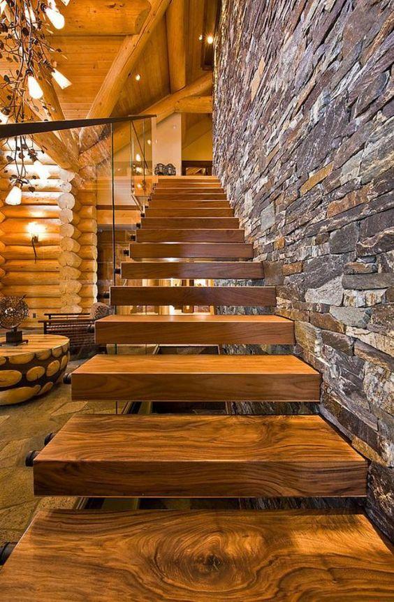escalier suspendu, maison rustique moderne, mur en pierre naturelle et joli escalier en bois