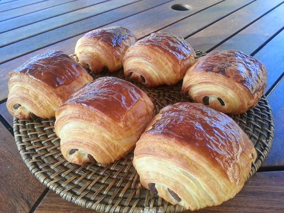 Ingrédients pour 14 à 16 pains au chocolat   250 g de farine ordinaire (T55)   250 g de farine de gruau ou T45 (forte en gluten)   ...
