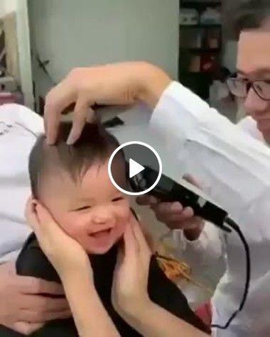 Olha a alegria desse garotinho ao ouvir o som da maquininha cortando o seu cabelo