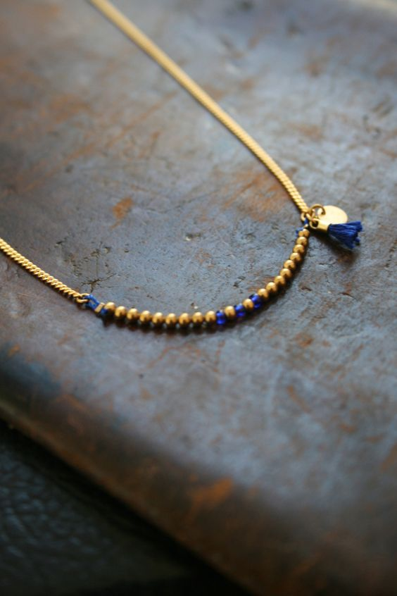 un collier tout en d licatesse dor l 39 or fin orn de perles or sur un fils de soie rehauss. Black Bedroom Furniture Sets. Home Design Ideas