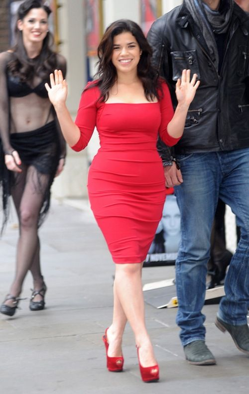 Robe rouge fourreau courte America Ferrera