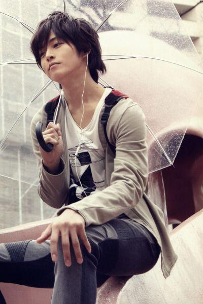 傘をさす松坂桃李
