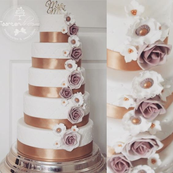 Bruidstaart met suikerbloemen. Weddingcake sugar flowers. Gold.