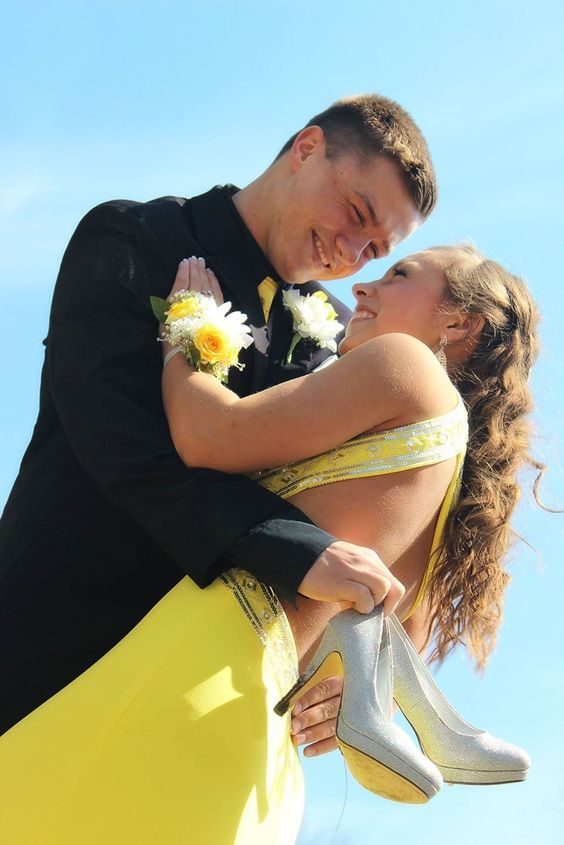 Prom picture ideas - couple photography - outdoor photo - natural lighting - homecoming - formal wear: