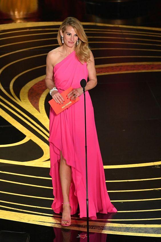 d9f30919b537 Che Julia Roberts sia bellissima è un dato di fatto. Che questo abito non  le renda giustizia pure. Sarà il taglio o il colore