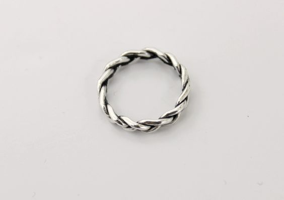 Today's Hot Pick :Silver Twist Ring http://fashionstylep.com/P0000THW/elevenam/out Do not forget your fingers as part of your daily ensemble with this silver twist ring. You may pair the ring with textured sheath dress, leggings and ankle boots. -Slip on -Round -Twist form -Color: silver