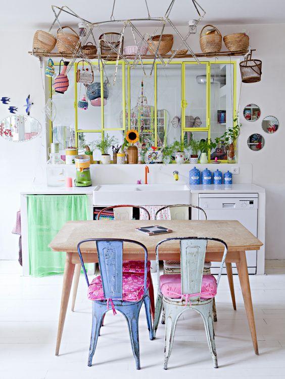 Fenêtre verrière dans la cuisine et collection de paniers en osier