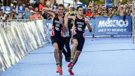 Brownlee brothers: Triathlete Alistair hauls Jonny over finish line - http://smartemail1.eu/brownlee-brothers-triathlete-alistair-hauls-jonny-over-finish-line/