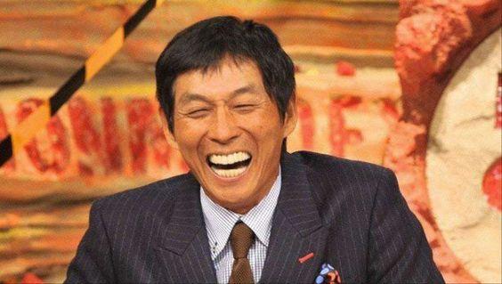 大口を開けて豪快に笑っている明石家さんまの画像・壁紙