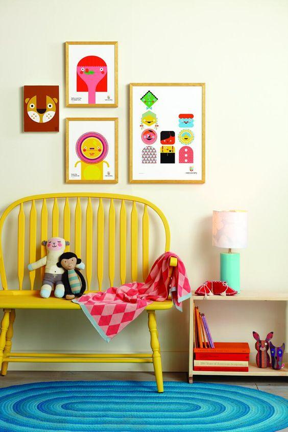 Banc jaune poussin dans la chambre d'enfant