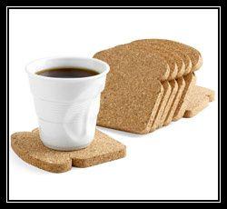 Porta copos de cortiça com formato de pão.